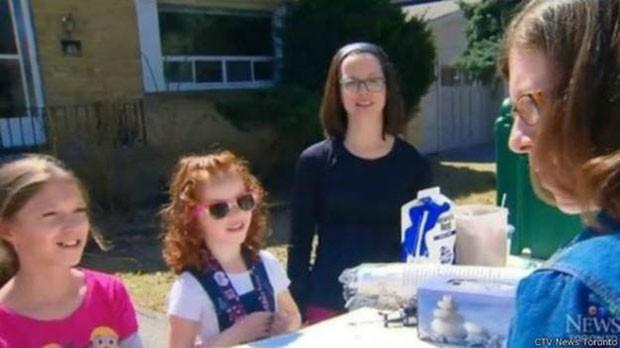 Menina de cinco anos arrecadou cerca de R$ 60 mil em fundos para combater uma rara doença vendendo limonada a vizinhos (Foto: BBC)