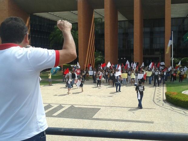 Servidores seguiram para a Assembleia Legislativa para tentar conversar com os deputados (Foto: Divulgação/ Sintras)