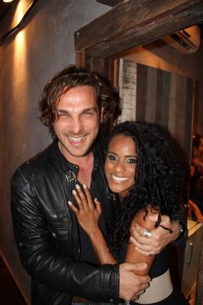 Igor Rickli e Aline em teatro no Rio (Foto: Marcello Sá Barreto/ Ag. News)
