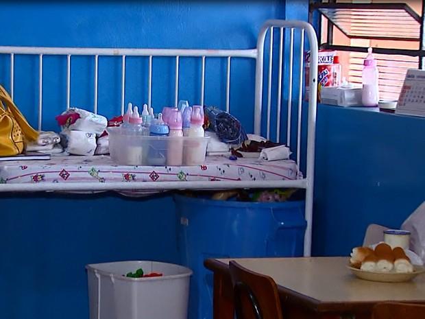 Mamadeiras fora da geladeira ficam em cima de berço (Foto: Ely Venâncio/EPTV)