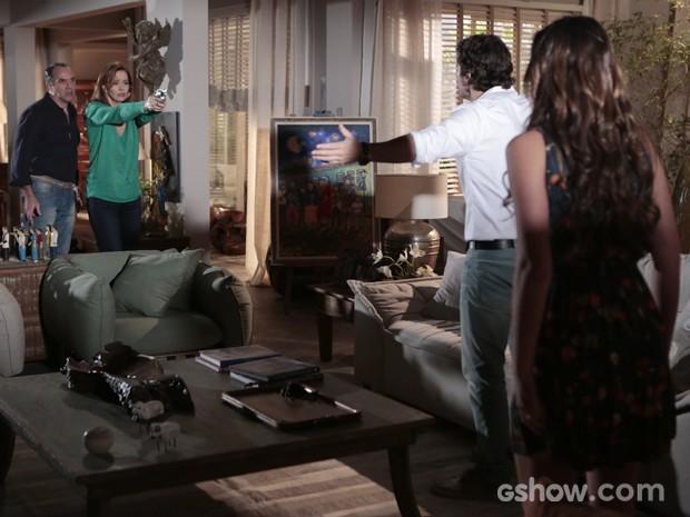 Helena atira em Laerte ao ver ele maltratando a filha (Foto: Felipe Monteiro/TV Globo)