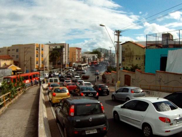 Trânsito engarrafa devido a protesto no Nordeste de Amaralina, em Salvador (Foto: Reprodução/TV Bahia)