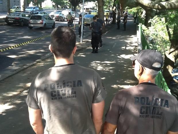 Agentes da Polícia Civil fazem perícia em local onde médico foi esfaqueado (Foto: Janaína Carvalho/G1)