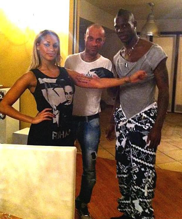 Fanny faz tatuagem em homenagem ao namorado Balotelli (Foto: Instagram)