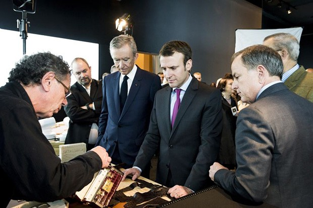 French President Emmanuel Macron with Bernard Arnault, CEO of LVMH, at a Louis Vuitton exhibition (Foto: GETTY)