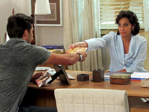 Adriana entrega foto de Scarlett para Ricardo (Foto: Maria Clara Lima/Gshow)