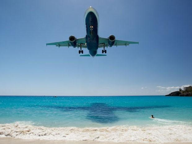 Aeroporto Internacionl Princess Juliana, em Saint Maarten, no Caribe, eleito o que oferecem= os pousos mais belos do mundo (Foto: Divulgação/PrivateFly)