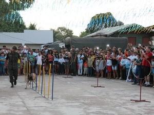 Cães adestrados fizeram sucesso (Foto: Katiúscia Monteiro/ Rede Amazônica)