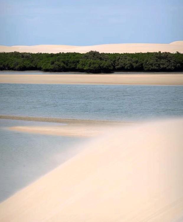 Vista da praia Ponta do Santo Cristo, a mais badalada de São Miguel do Gostoso: pela areia e pelo mar, ventos fortes que empolgam esportistas e navegantes (Foto: Divulgação)