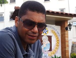 Narciso presta solidariedade a jovem com leucemia, em Santos (Foto: Leandro Campos)