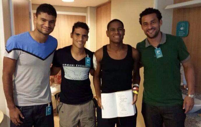 Jogadores do Fluminense no hospital (Foto: Reprodução / Facebook)