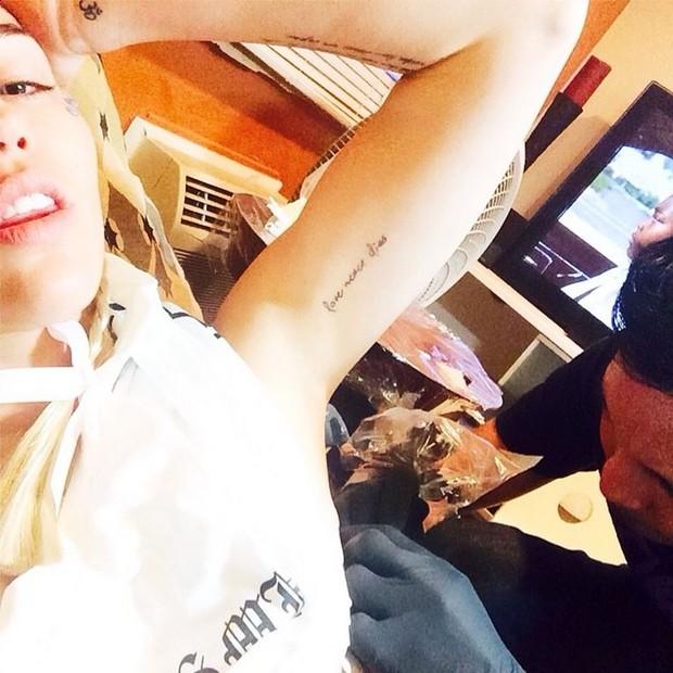 Miley Cyrus mostra nova tatuagem (Foto: Reprodução / Instagram)