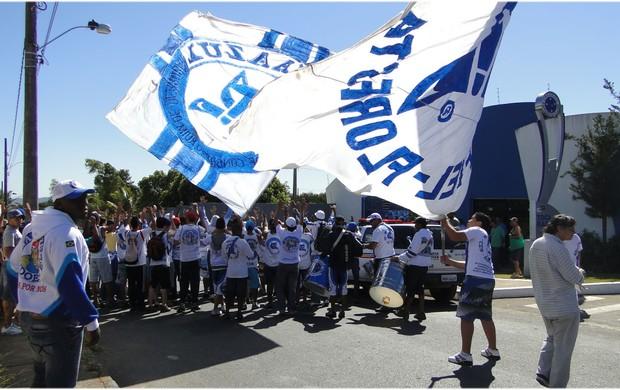 Torcida do Cruzeiro faz protesto em frente à Toca da Raposa II (Foto: Sílvia Volpini / Globoesporte.com)