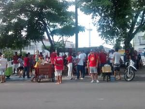 Primeiros manifestantes chegam ao Liceu Paraibano, em João Pessoa (Foto: Krystine Carneiro/G1)