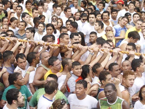 Promesseiros disputam espaço para tocar a Corda do Círio (Foto: Paulo Akira / O Liberal)