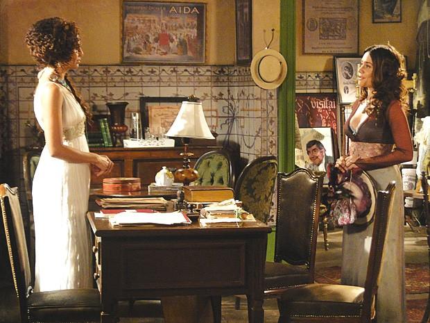 Catarina vai ao teatro fazer fofoca sobre Edgar e Heloísa (Foto: Lado a Lado / TV Globo)