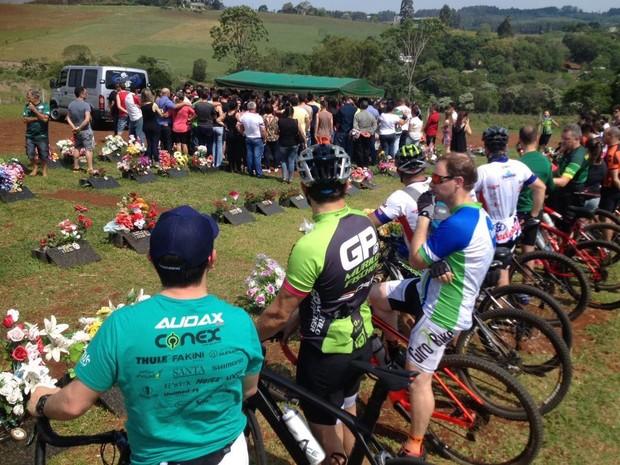 Sepultamento de ciclista ocorreu na tarde deste domingo (16) em Chapecó (Foto: Márcio Cunha/RBS TV)