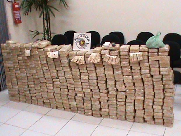 No total, foram apreendidos 469 tabletes da droga. (Foto: Polícia Militar/Divulgação)