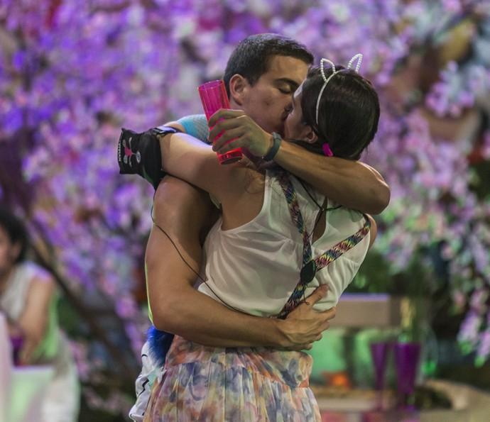 Manoel e Vivian se beijam na Festa Pop Japan (Foto: Artur Meninea/Gshow)