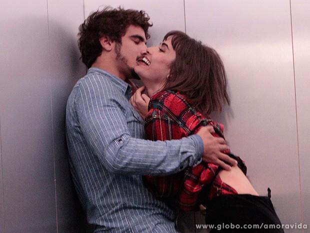 A carne é fraca: Patrícia e Michel não resistem e se entregam à paixão no elevador! (Foto: Amor à Vida / TV Globo)