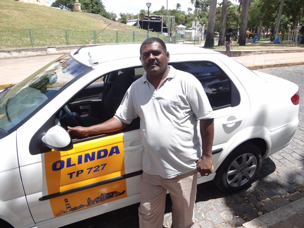 Luiz Ricardo da Silva Filho trabalha há 25 anos como taxista em Olinda. (Foto: Katherine Coutinho / G1)