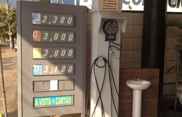 Após aumento, clientes encontram gasolina de até R$ 3,80, em Goiânia, Goiás (Foto: Sílvio Túlio/G1)