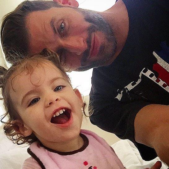 Henri Castelli e filha (Foto: Instagram / Reprodução)