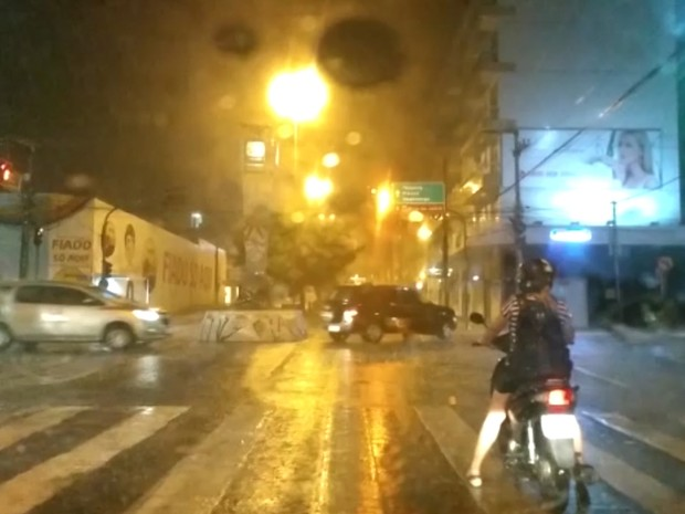 Chuva na cidade de Patos, no Sertão paraibano (Foto: Denise Delmiro/TV Paraíba)