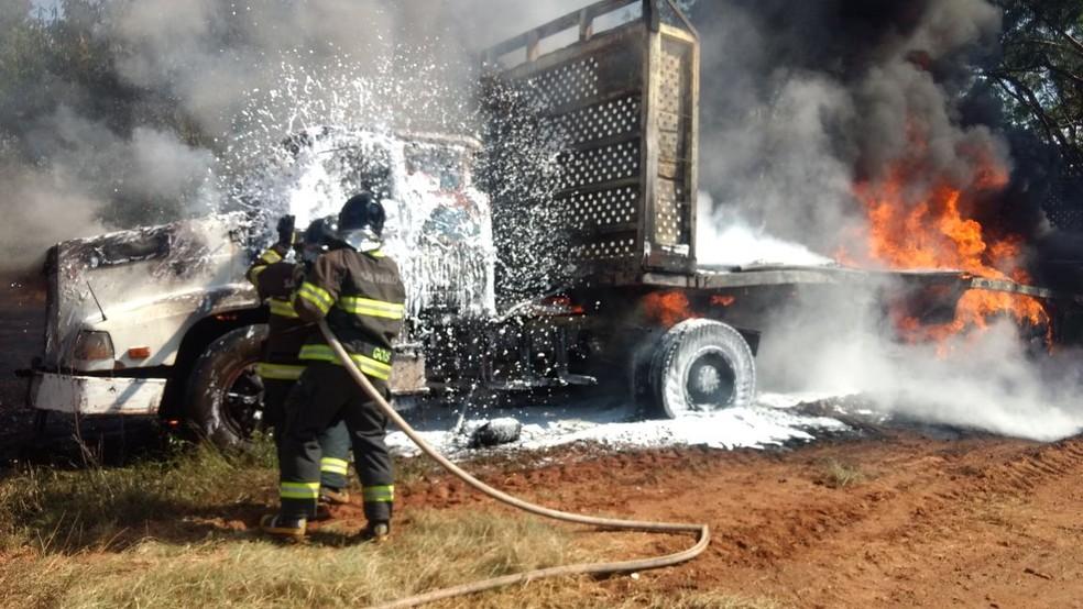 Incêndio destruiu caminhão em Presidente Venceslau (Foto: Corpo de Bombeiros/Cedida)