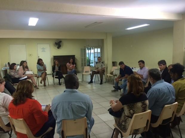 Reunião de vários órgãos nesta sexta tratou sobre o funcionamento das centrais (Foto: Guilherme Brito/G1)