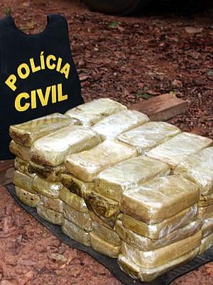 Droga foi encontrada escondida no assoalho de caminhão (Foto: Assessoria/Polícia Civil)