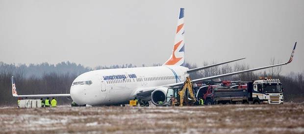 Equipes tentam retirar nesta quarta-feira (13) avião que ficou preso em lamaçal no aeroporto da cidade polonesa de Katowice (Foto: Artur Gierwatowski/AP)