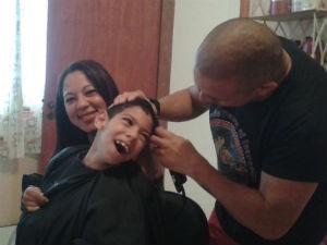 Michel é o cabeleireiro oficial do filho  (Foto: Adriana Justi / G1)