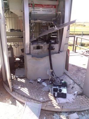 Criminosos explodiram dois caixas e levaram o dinheiro (Foto: Renato Vieira da Silva/ TEM Você)