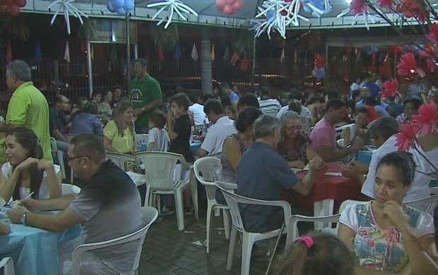 Fiéis compareceram na quermesse em homenagem a Santa Inês (Foto: Reprodução TV Acre)