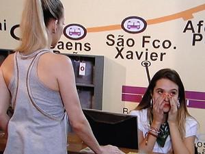 Marcela se sensibiliza e dá conselhos à loira (Foto: Malhação / TV Globo)