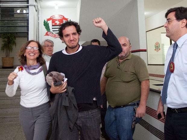 O jornalista deixou o 2° DP visivelmente emocionado, após passar mais de 60 horas detido (Foto: Diogo Moreira/Frame/Estadão Conteúdo)