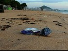 Com sacolas amarradas aos pés, 'nadador' recolhe lixo em ilha do ES