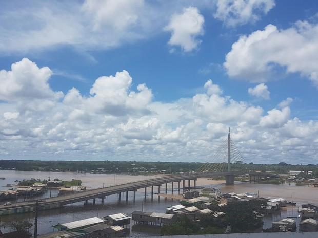 Rio Juruá em Cruzeiro do Sul está com 12, 90 metros na manhça deste domingo (26) (Foto: Anny Barbosa/G1)