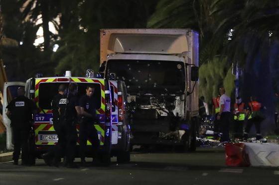 O caminhão que avançou sobre a multidão em Nice. Veículo foi parado a tiros (Foto: Valery Hache/AFP)