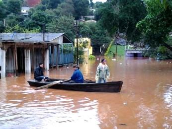 Casas do bairro San Rafael, no Paraguai, estão alagadas (Foto: Airton Serra / RPC TV)