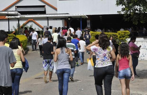Candidatos durante chegada para provas no campus de Goiânia (Foto: Sebastião Nogueira/O Popular)