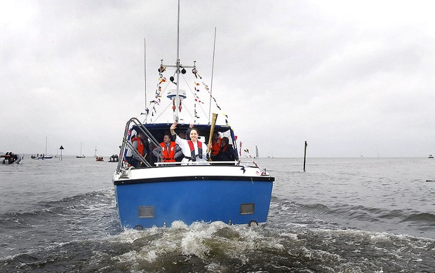 tocha ol&#237;mpica em passeio de barco em Lough Neagh  (Foto: Getty Images)