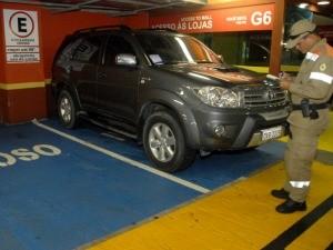 Motoristas foram autuados por estacionar em vaga especial (Foto: Altemar Alcantara / Semcom)