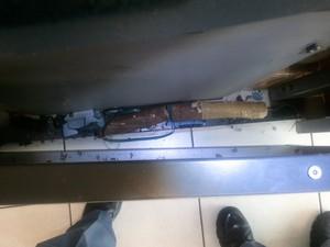 Explosivos deixados por criminosos atrás de caixa eletrônico em Saltinho (Foto: Divulgação/Polícia Militar)
