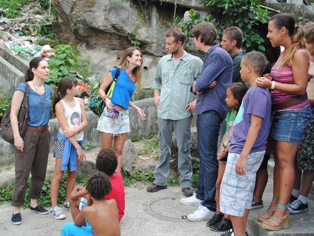 Fatinha faz média com holandeses e apresenta favela pros gringos (Foto: Tv Globo / Malhação)