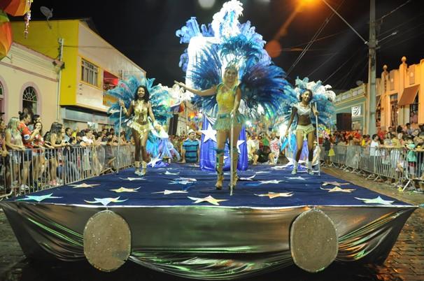 Desfile Escolas de Samba de Antonina (Foto: Roger Santmor/RPC)