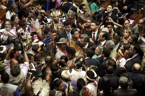 Índios ocupam o plenário da Câmara em protesto contra projeto de lei que muda regras de demarcação de terras indígenas (Foto: Jorge William / Agência O Globo)