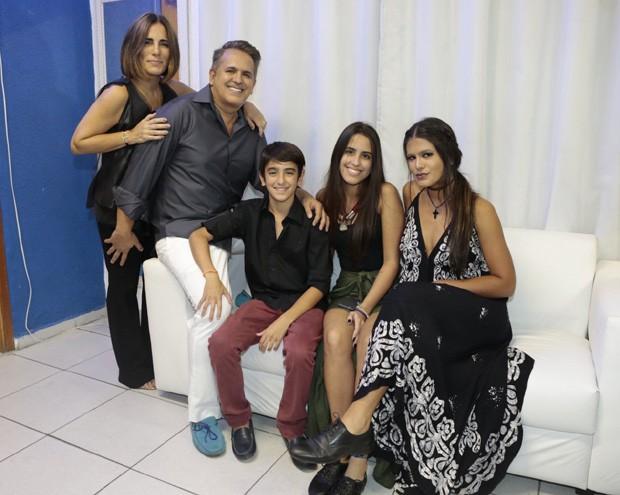 Gloria Pires e Orlando Morais com os filhos Bento, Ana e Antonia (Foto: Isac Luz/Ed. Globo)
