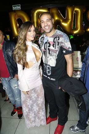 Denise Dias e Adriano em festa na Zona Oeste do Rio (Foto: Felipe Assumpção/ Ag. News)